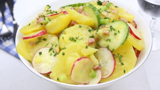 Kartoffelsalat mit Radieschen Gurke und Katenschinken die einfache Zubereitung