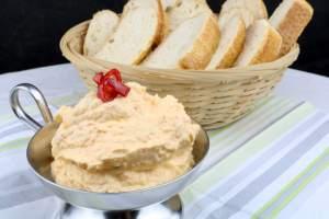Feta Frischkäse Dip mit Paprika und Chili
