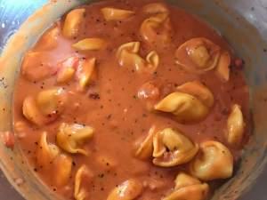 Zubereitung One Pot Tortellini in einer Tomaten Schinken Frischkäse Sauce