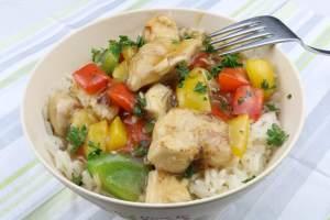 Wok Gericht Teriyaki Hähnchen mit Paprika auf Reis