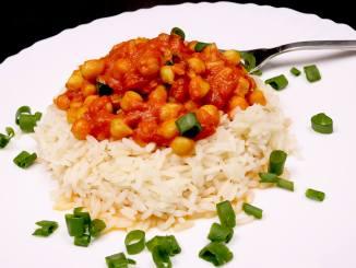 Vegetarisches Sommer Gericht Curry Kichererbsen auf Reis