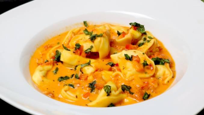 Serviervorschlag Tortellini in einer scharfen Paprika Tomaten Frischkäse Soße