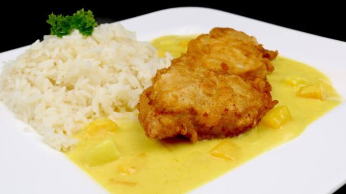 Serviervorschlag Crispy Chicken auf fruchtiger Thai Curry Soße