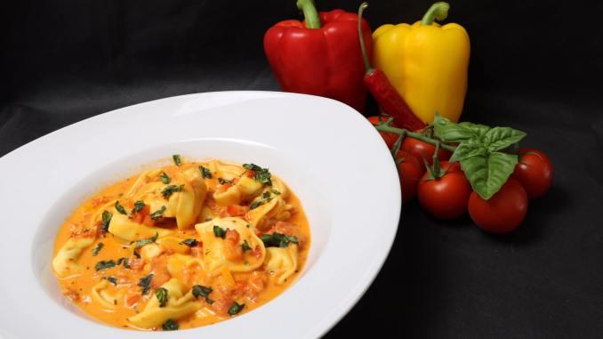 Feierabend Rezept Tortellini in einer scharfen Paprika Tomaten Frischkäse Soße