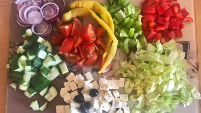 Vorbereitung Hirtensalat mit Kräuter Balsamico Dressing