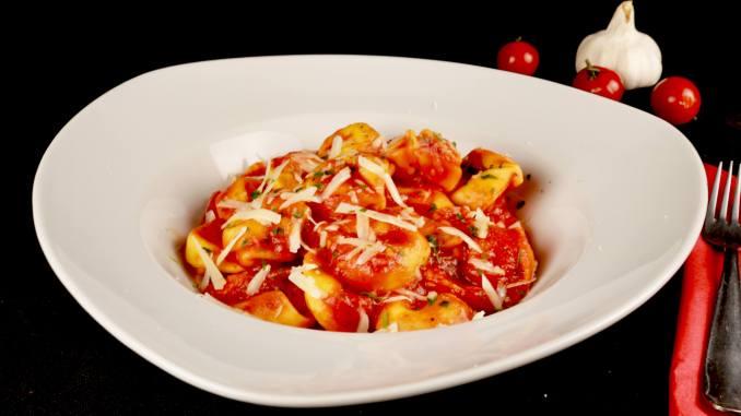 Serviervorschlag Tortellini in einer selbst gemachten Tomaten Soße