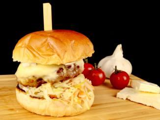 Griechischer Burger mit Feta Käse Krautsalat und Tzatziki