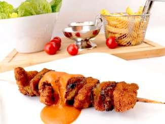 Panierte Fleischspieße mit scharfer Tomaten Sahne Soße