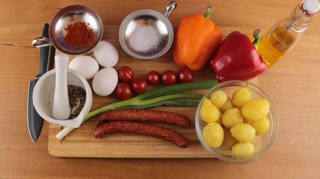 Vorbereitung der Zutaten für die Rustikale Kartoffelpfanne mit Pfefferbeißer