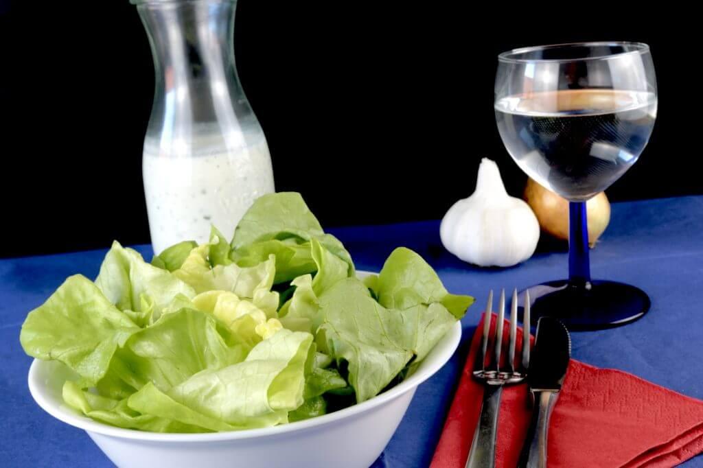 Kopfsalat mit einem Saure Sahne Joghurt Dressing