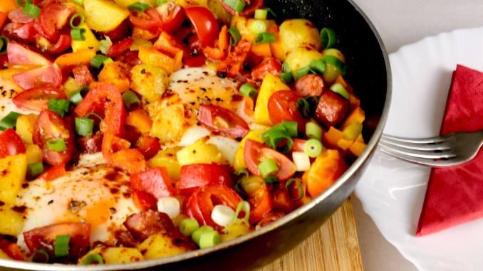 Feierabend Rezept Rustikale Kartoffelpfanne mit Pfefferbeißer