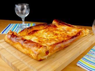 Blätterteig Pizza mit Bacon und Ei