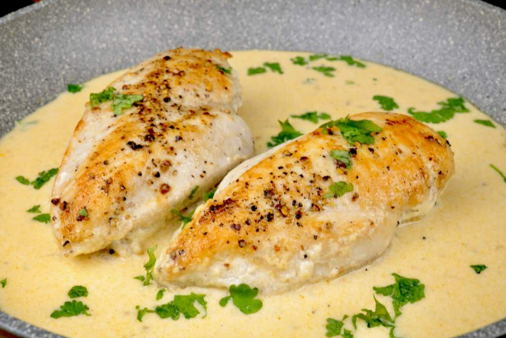 Hähnchenbrust in einer Knoblauch Parmesan Sauce
