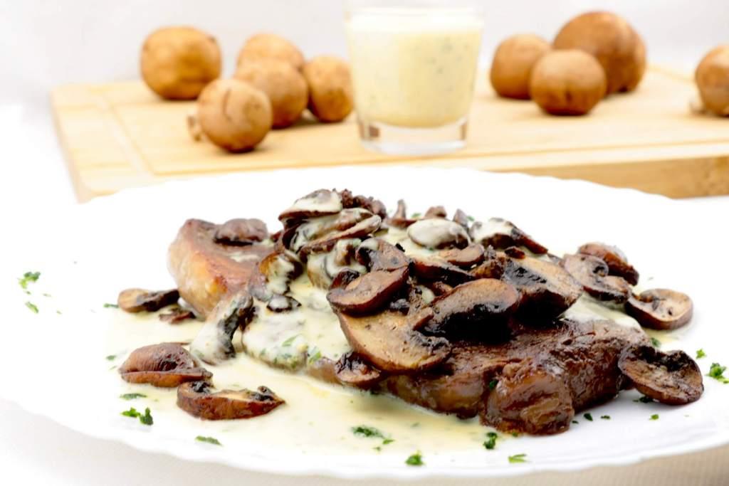 Zubereitung Steak mit Champignons und Kräuter Senf Mayonnaise