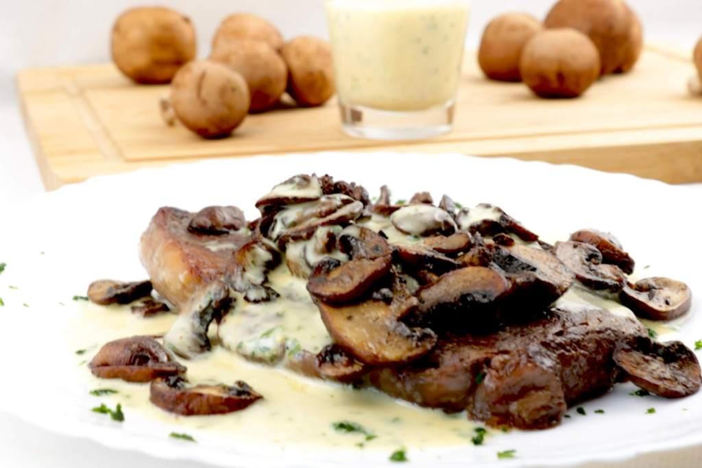 Serviervorschlag Steak mit Champignons und Kräuter Senf Mayonnaise