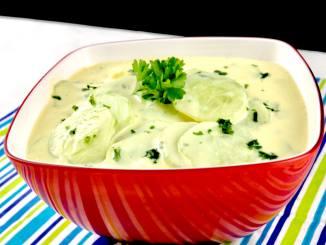 Zubereitung Gurkensalat mit einem Joghurt Senf Dressing