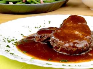 Saftiger Rinderrollbraten in Rotweinsauce