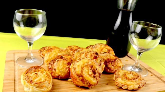Serviervorschlag Erdnussbutter Käse Blätterteig Schnecken