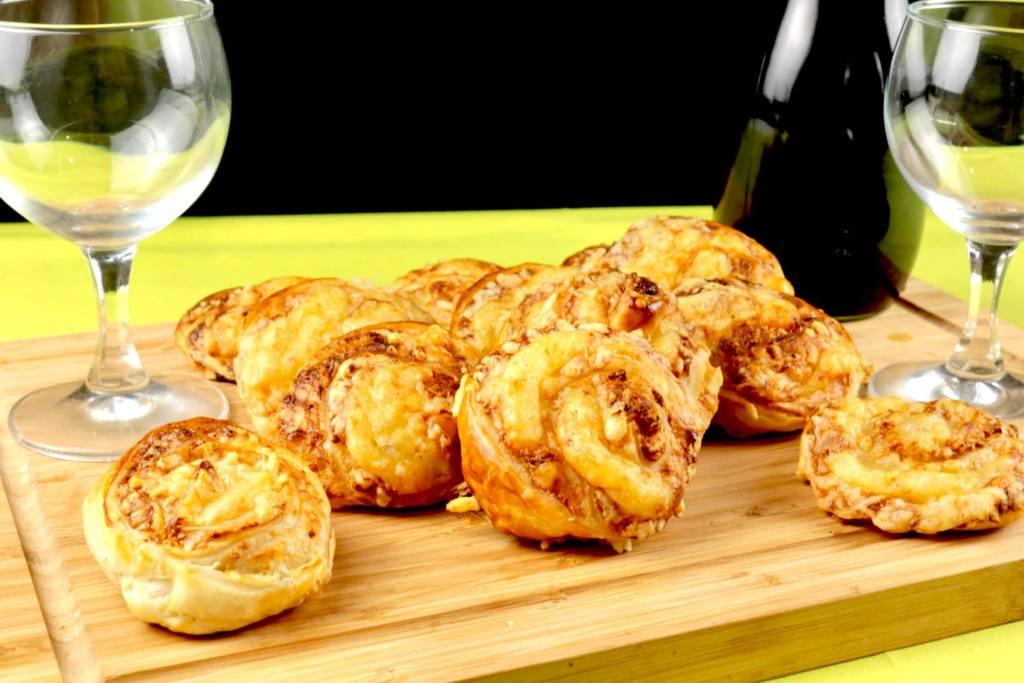 Erdnussbutter Käse Blätterteig Schnecken