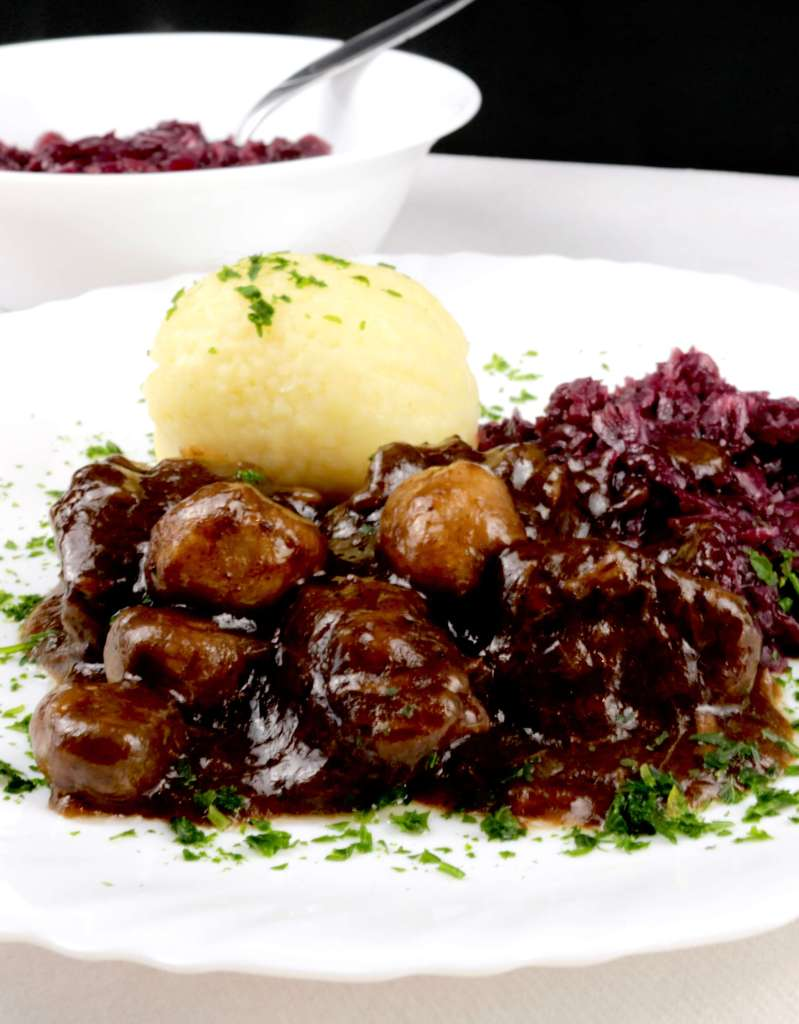 Serviervorschlag Hirschgulasch mit Champignons
