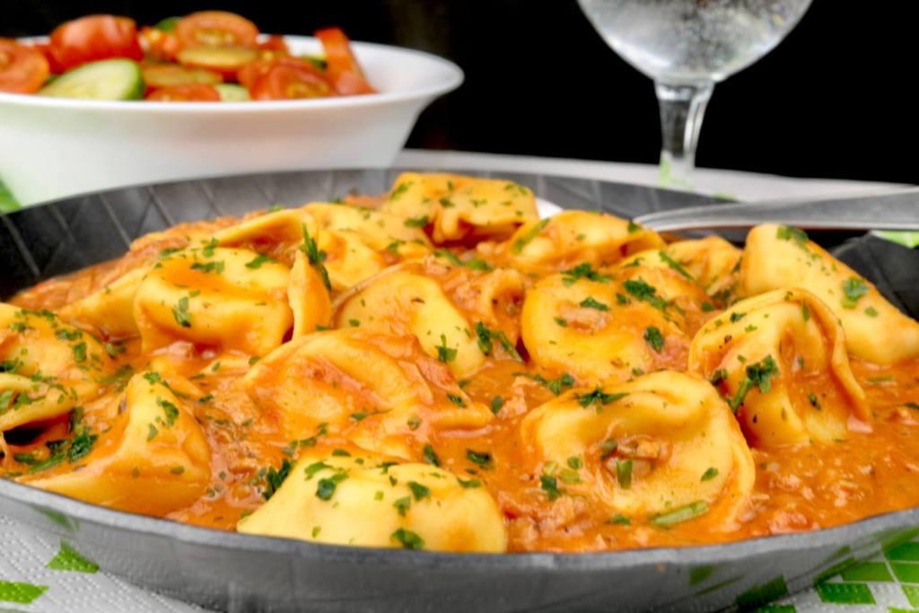 Tortellini in einer Tomaten Thunfisch Sauce Zubereitung