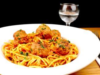 Pasta Gericht Spaghetti mit Hackbällchen und Tomatensauce