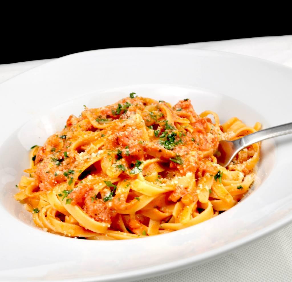 Zubereitung Tagliatelle in einer Tomaten Mozzarella Sauce