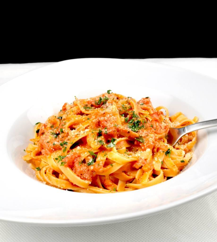 Serviervorschlag Tagliatelle in einer Tomaten Mozzarella Sauce