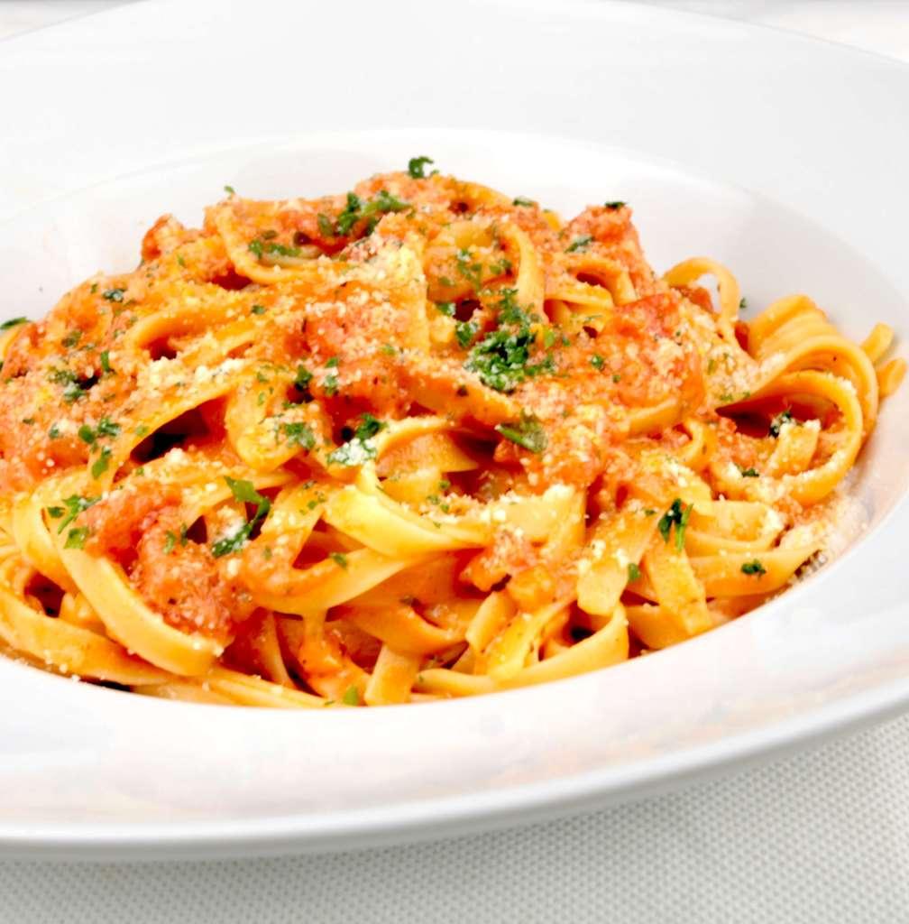 Tagliatelle in einer Tomaten Mozzarella Sauce Rezept