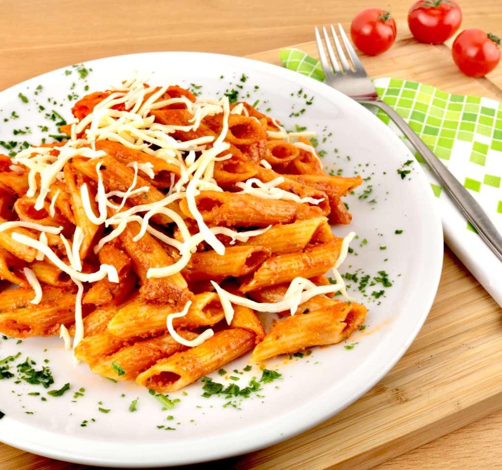 Serviervorschlag Penne in einer Bacon Tomaten Mozzarella Sauce