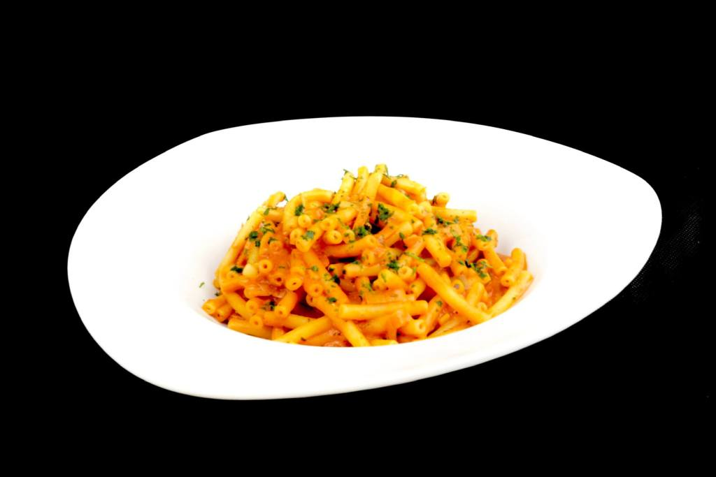 Einfaches Pasta Gericht Maccaroni in einer Tomaten Gemüse Frischkäse Sauce