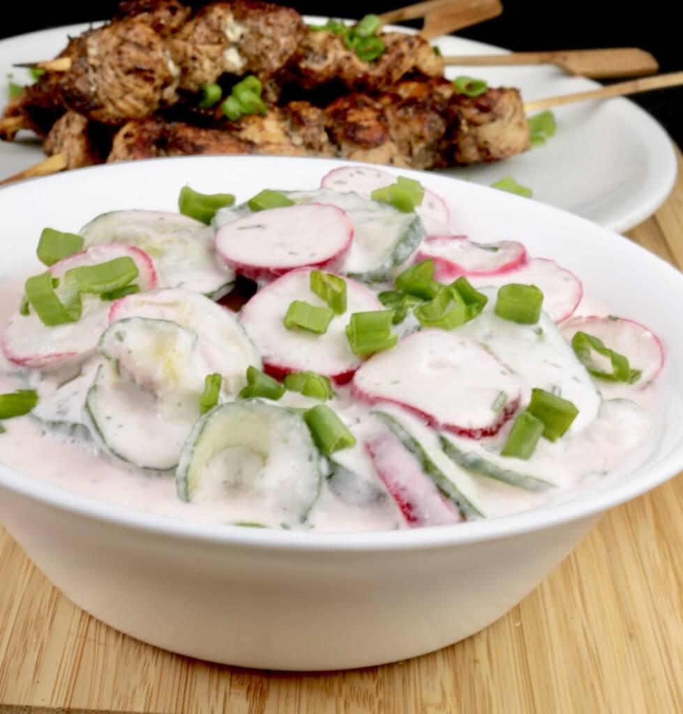 Radieschen Gurkensalat mit Saurer Sahne Serviervorschlag