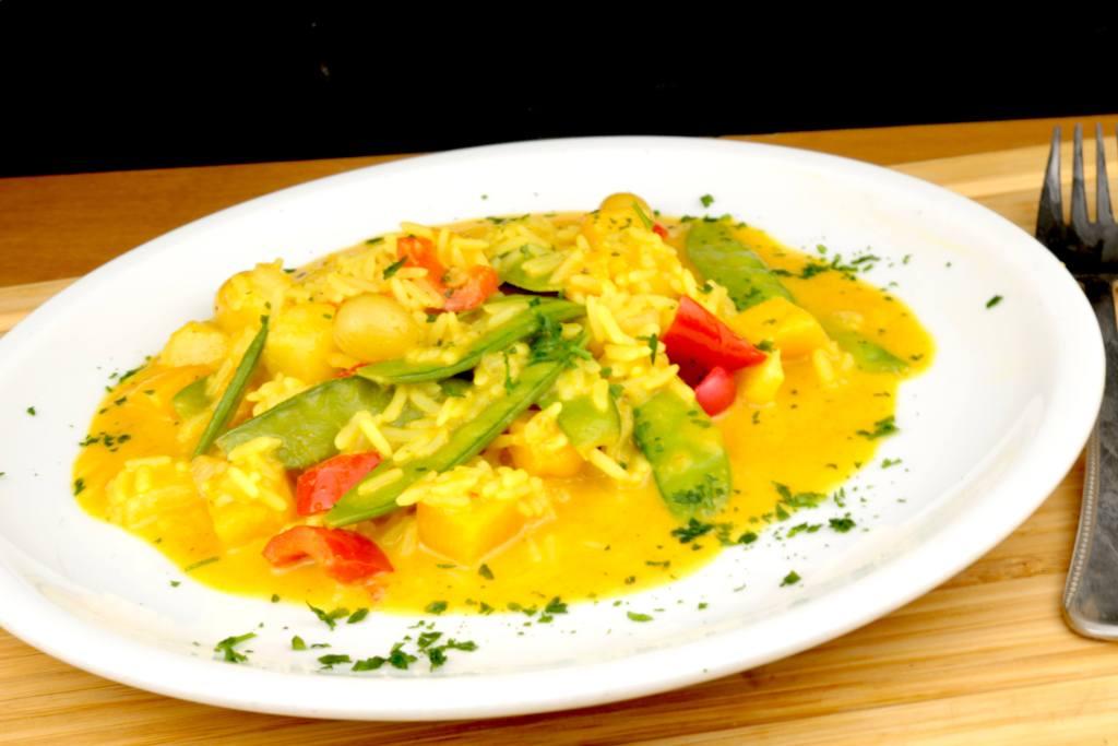EInfaches Curry Pfannengericht mit Reis Gemüse und Früchten