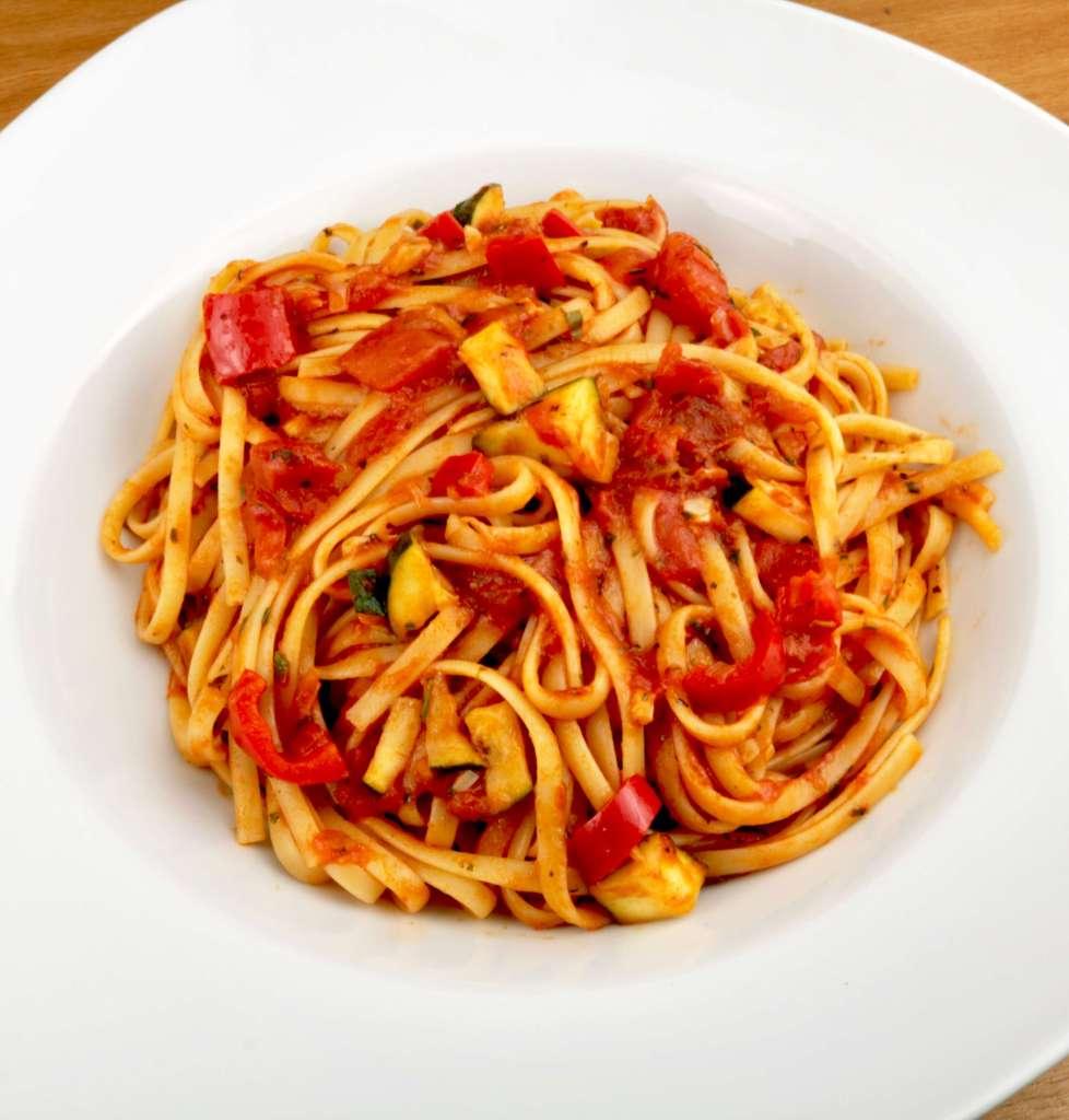 Zubereitung Einfaches Pasta Gericht mit Tagliatelle Tomaten und Zucchini