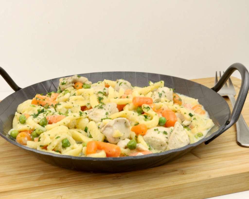Zubereitung Hähnchen Spätzlepfanne mit Erbsen und Möhren