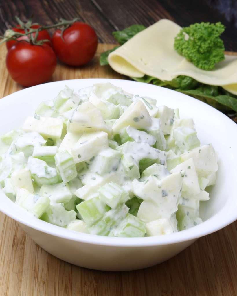 Serviervorschlag Apfel Staudensellerie Salat mit Saurer Sahne