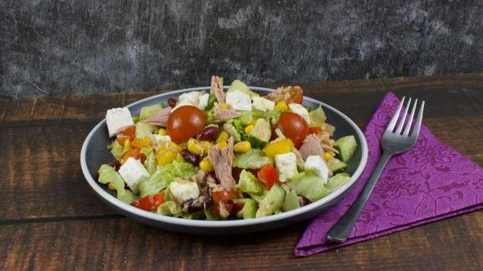 Salatteller mit Feta und Thunfisch
