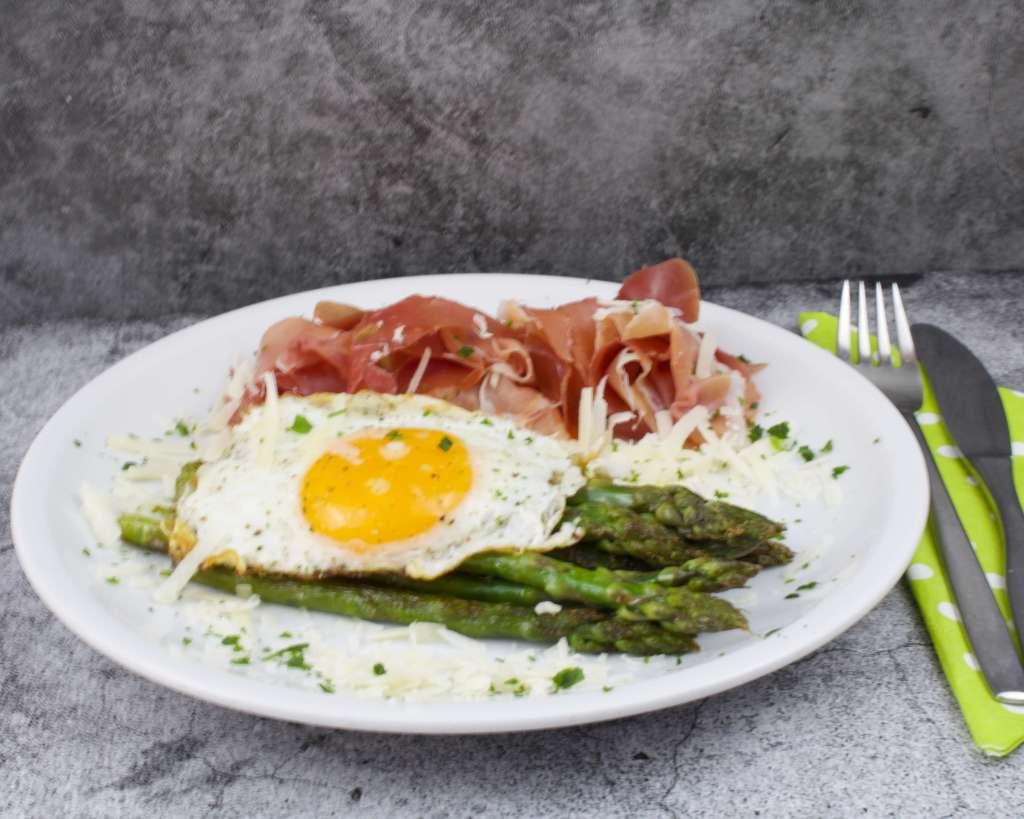 Zubereitung Grüner Spargel mit Ei und Schinken