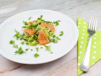 Zucchini Salat mit Lachs