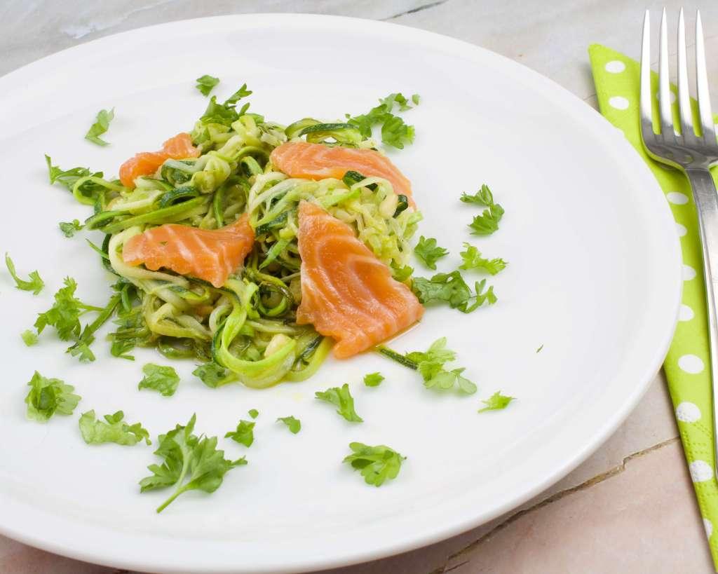 Einfacher Zucchini Salat mit Lachsstreifen