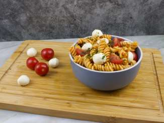 Pesto Rosso Nudelsalat mit Mozzarella Käse
