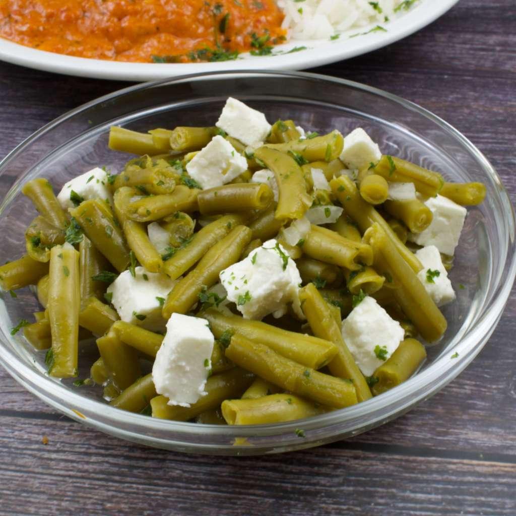 Einfacher Bohnensalat mit Käse