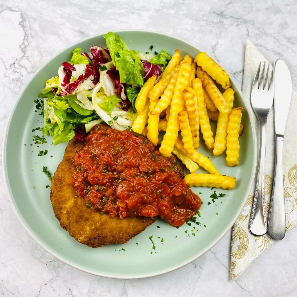 Paniertes Schnitzel mit einer Chilie Tomatensauce