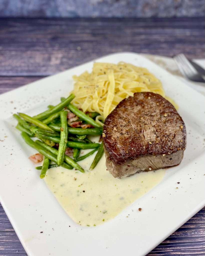 Serviervorschlag Rinderfilet auf einer Gorgonzola Weißwein Sauce
