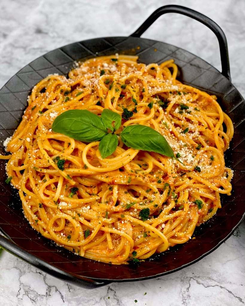 Zubereitung Spaghetti in einer Ajvar Parmesan Schmandsauce