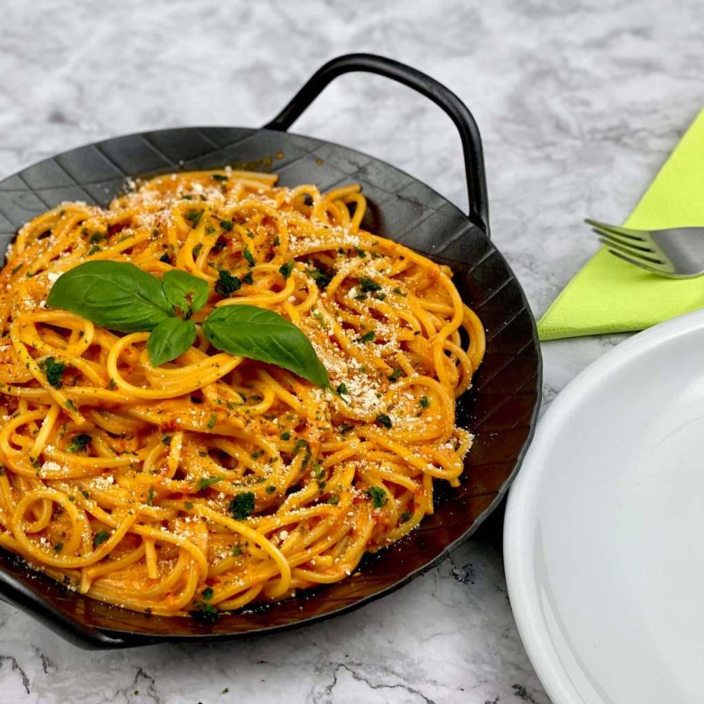 Serviervorschlag Spaghetti in einer Ajvar Parmesan Schmandsauce