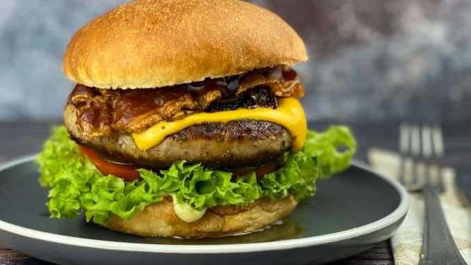 BBQ Bacon Bratwurstschnecken Burger