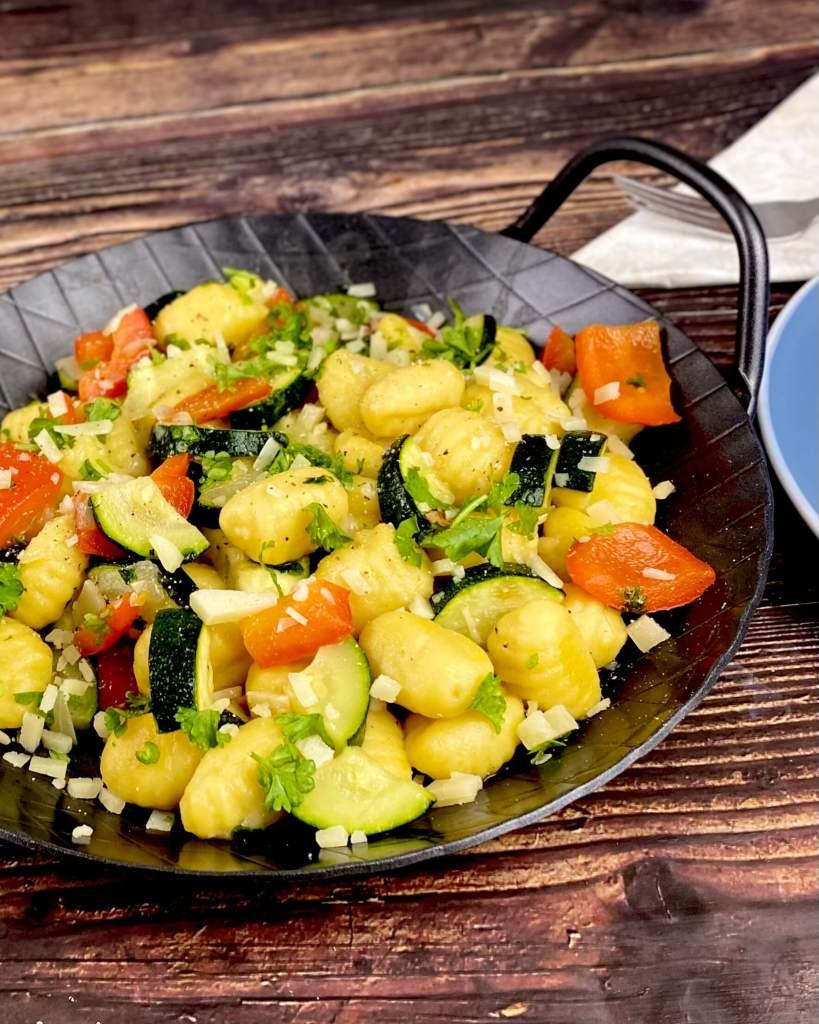 Serviervorschlag Gnocchi Pfanne mit Paprika und Zucchini