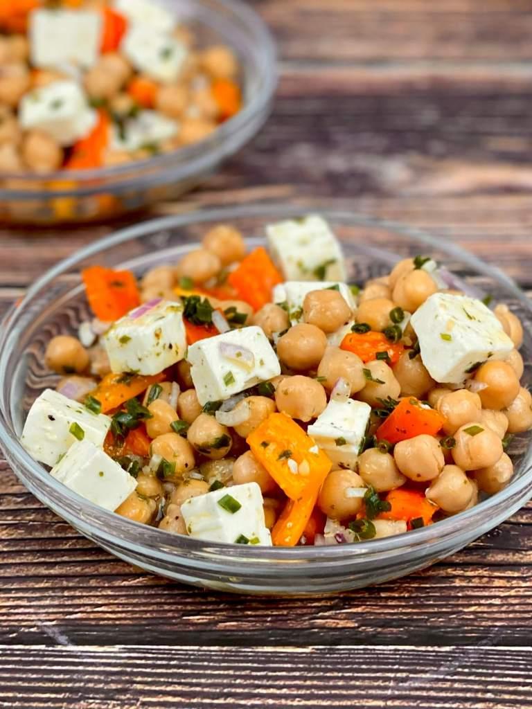 Serviervorschlag Paprika Kichererbsen Feta Salat