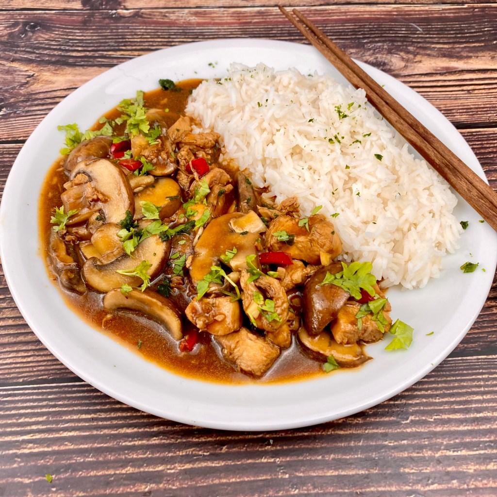 Zubereitung Asia Pfanne mit Pilzen und Hähnchenfleisch